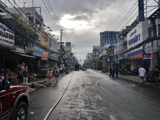 Cháy gần chợ Hòa Hưng quận 10, nhiều người hoảng sợ ảnh 15