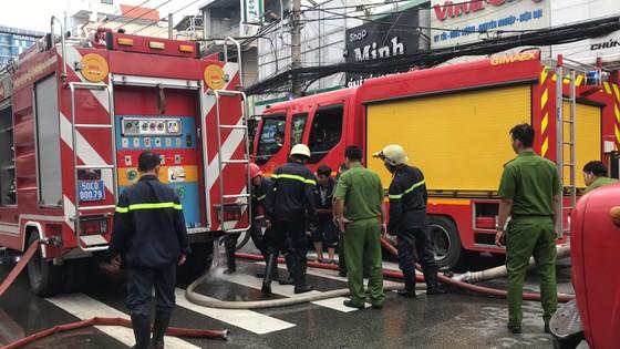 Cháy gần chợ Hòa Hưng quận 10, nhiều người hoảng sợ ảnh 8