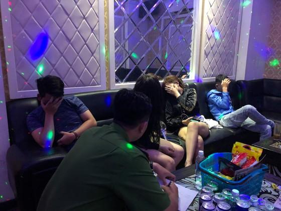 Kiểm tra quán karaoke ở quận 5, phát hiện 16 người nghi sử dụng ma tuý ảnh 10