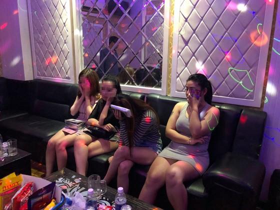 Kiểm tra quán karaoke ở quận 5, phát hiện 16 người nghi sử dụng ma tuý ảnh 3