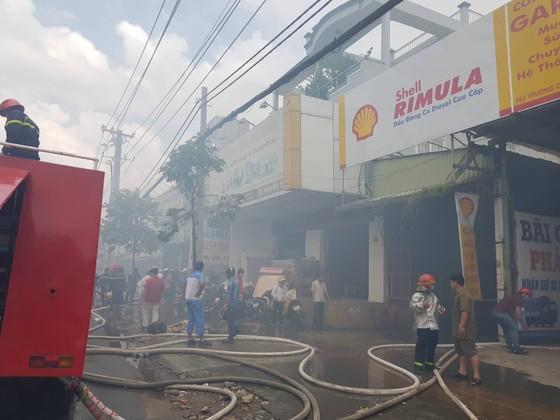 Hàng trăm cảnh sát tham gia chữa cháy ở xưởng gỗ gần siêu thị Coop Mart ở TPHCM ảnh 4