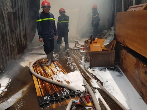 Hàng trăm cảnh sát tham gia chữa cháy ở xưởng gỗ gần siêu thị Coop Mart ở TPHCM ảnh 6