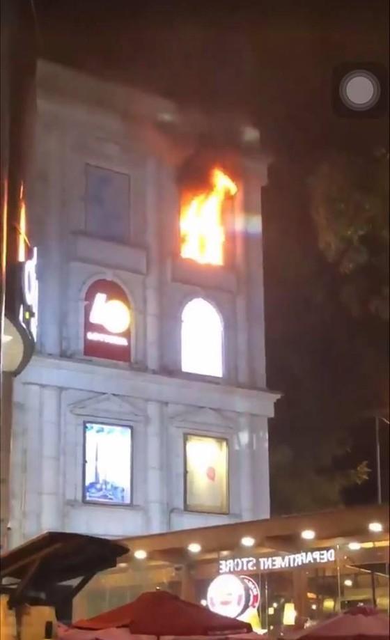 Cháy biển hiệu trung tâm thương mại Diamond Plaza ở quận 1 ảnh 2