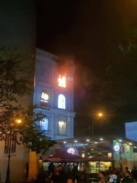 Cháy biển hiệu trung tâm thương mại Diamond Plaza ở quận 1 ảnh 3