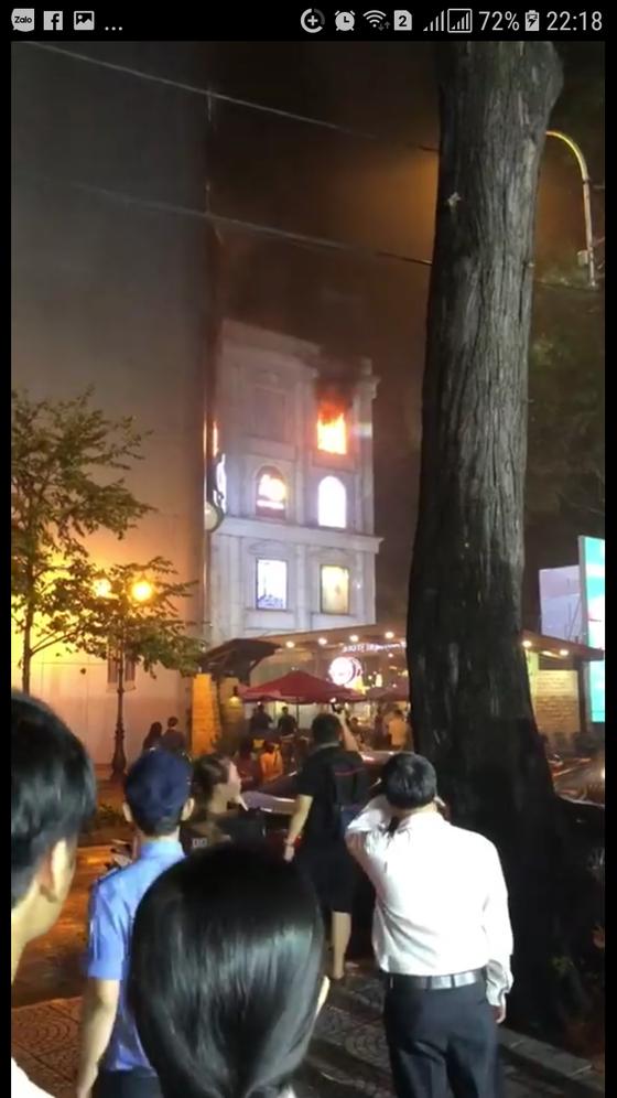 Cháy biển hiệu trung tâm thương mại Diamond Plaza ở quận 1 ảnh 1