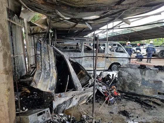 Cháy bãi giữ xe, 3 ô tô bị thiêu rụi ảnh 2