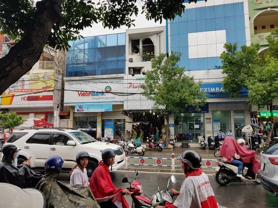 Bắt kẻ nghi ngáo đá cướp tiền ở ngân hàng quận Tân Phú ảnh 1