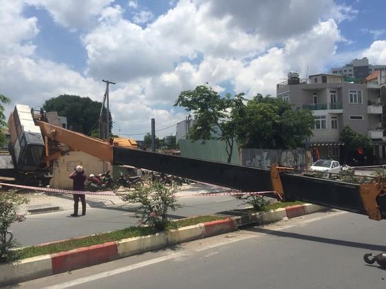 Xe cần cẩu đổ sập trên đại lộ Phạm Văn Đồng, nhiều người thoát chết ảnh 2