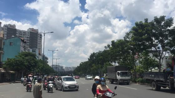 Xe cần cẩu đổ sập trên đại lộ Phạm Văn Đồng, nhiều người thoát chết ảnh 8