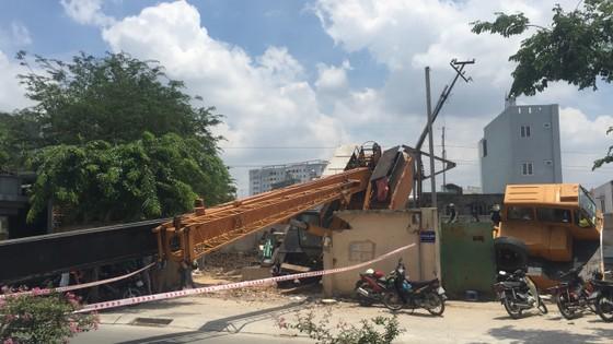 Xe cần cẩu đổ sập trên đại lộ Phạm Văn Đồng, nhiều người thoát chết ảnh 3