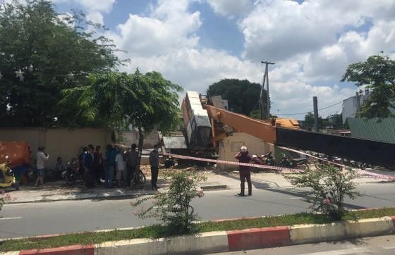Xe cần cẩu đổ sập trên đại lộ Phạm Văn Đồng, nhiều người thoát chết ảnh 1