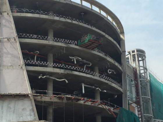 Rơi từ công trình Trung tâm thương mại ở quận Thủ Đức, 3 công nhân bị thương ảnh 2