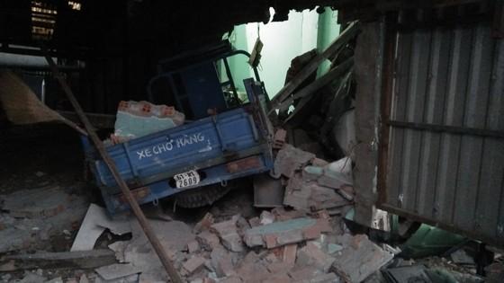 Tránh người đi bộ, xe container tông 6 nhà dân, nhiều người thoát chết ảnh 2
