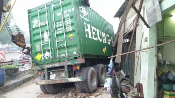 Tránh người đi bộ, xe container tông 6 nhà dân, nhiều người thoát chết ảnh 3