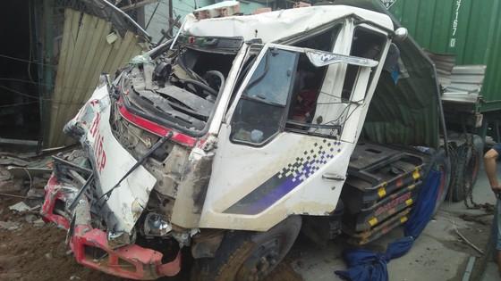 Tránh người đi bộ, xe container tông 6 nhà dân, nhiều người thoát chết ảnh 1