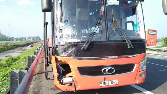 Tai nạn giữa xe ô tô và xe khách trên cao tốc, nhiều người thoát chết ảnh 1