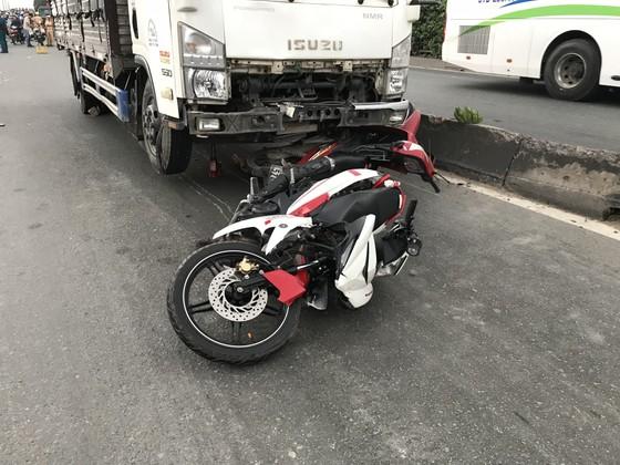 Xe tải tông 3 xe máy, 2 người chết, 2 người bị thương trên quốc lộ 1A ảnh 1