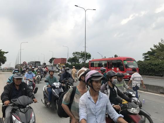Xe tải tông 3 xe máy, 2 người chết, 2 người bị thương trên quốc lộ 1A ảnh 3