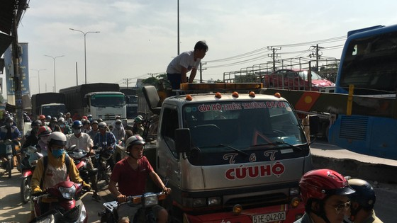 Xe khách tông dải phân cách nhiều người thoát chết, giao thông ùn ứ trên quốc lộ  ảnh 4
