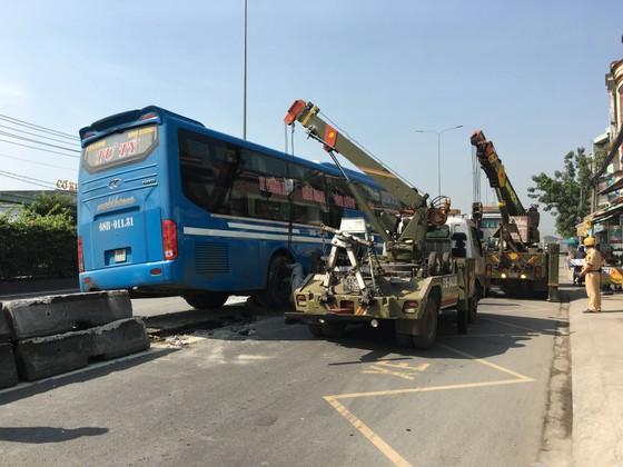Xe khách tông dải phân cách nhiều người thoát chết, giao thông ùn ứ trên quốc lộ  ảnh 3