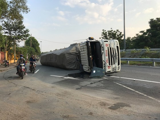 """Xe container ôm cua lật nhào tại cầu vượt """"tử thần"""" ảnh 2"""