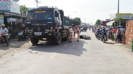 Va chạm với xe tải, bé gái 15 tuổi tử vong, 2 người bị thương nhập viện cấp cứu ảnh 1