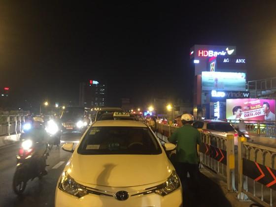 5 xe ô tô va chạm liên hoàn trên cầu vượt Hàng Xanh  ảnh 2