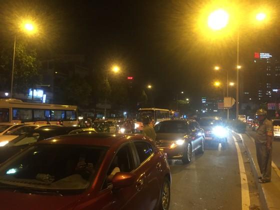 5 xe ô tô va chạm liên hoàn trên cầu vượt Hàng Xanh  ảnh 6