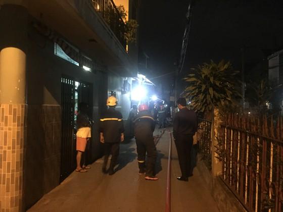 Người dân thoát khỏi căn nhà bốc cháy ở quận Phú Nhuận ảnh 1