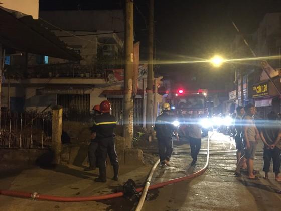 Người dân thoát khỏi căn nhà bốc cháy ở quận Phú Nhuận ảnh 3
