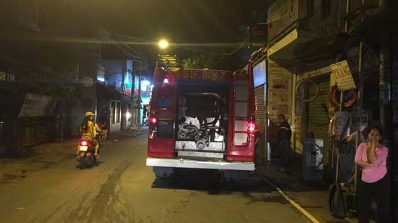 Người dân thoát khỏi căn nhà bốc cháy ở quận Phú Nhuận ảnh 10