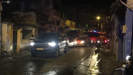 Người dân thoát khỏi căn nhà bốc cháy ở quận Phú Nhuận ảnh 14