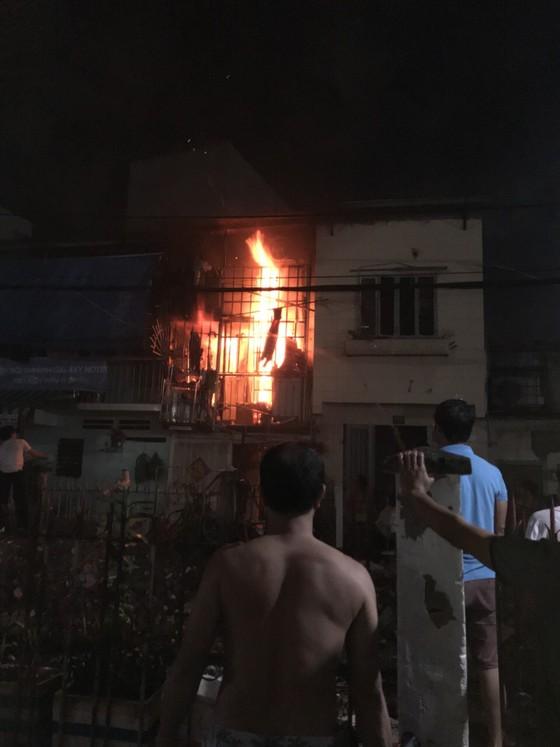 Người dân thoát khỏi căn nhà bốc cháy ở quận Phú Nhuận ảnh 2