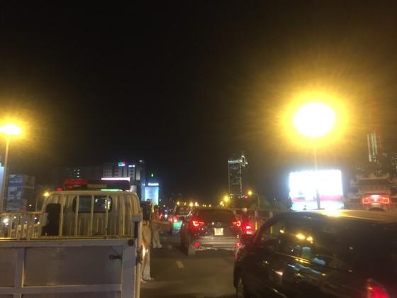 5 xe ô tô va chạm liên hoàn trên cầu vượt Hàng Xanh  ảnh 8
