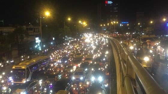 5 xe ô tô va chạm liên hoàn trên cầu vượt Hàng Xanh  ảnh 9
