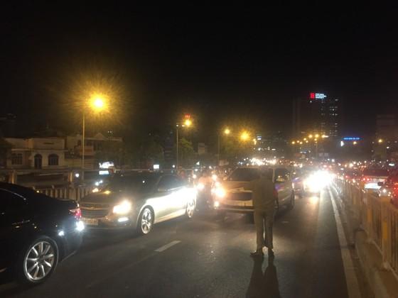 5 xe ô tô va chạm liên hoàn trên cầu vượt Hàng Xanh  ảnh 10