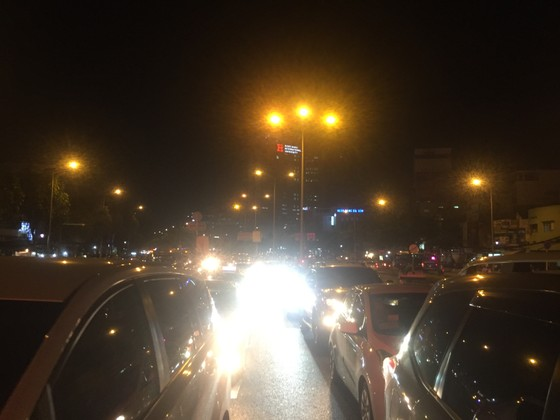 5 xe ô tô va chạm liên hoàn trên cầu vượt Hàng Xanh  ảnh 11