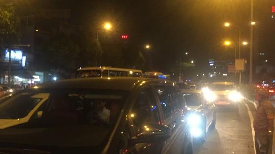 5 xe ô tô va chạm liên hoàn trên cầu vượt Hàng Xanh  ảnh 12