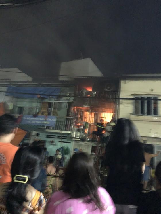 Người dân thoát khỏi căn nhà bốc cháy ở quận Phú Nhuận ảnh 7