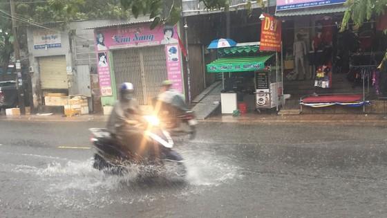 Bão số 9 khiến TPHCM mưa tầm tã không ngớt, nhiều đường ngập nặng ảnh 2