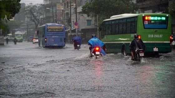 Bão số 9 khiến TPHCM mưa tầm tã không ngớt, nhiều đường ngập nặng ảnh 8