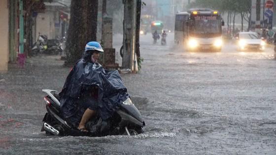 Bão số 9 khiến TPHCM mưa tầm tã không ngớt, nhiều đường ngập nặng ảnh 10