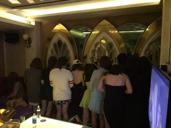 Tiếp viên khêu gợi ngồi ôm ấp khách ngoại quốc trong khách sạn ở trung tâm TPHCM ảnh 2