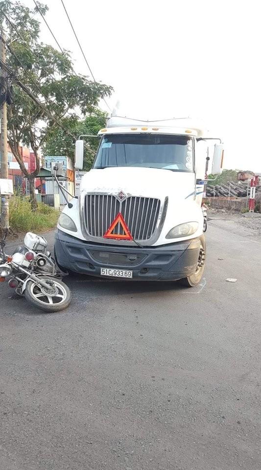 Đi vào làn đường cấm, tài xế container còn tông ngã xe đặc chủng của CSGT ảnh 2