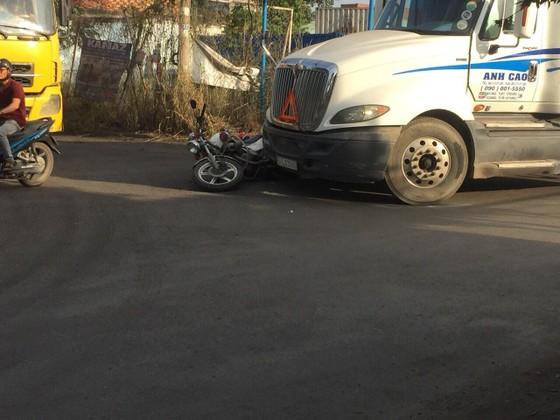 Đi vào làn đường cấm, tài xế container còn tông ngã xe đặc chủng của CSGT ảnh 1