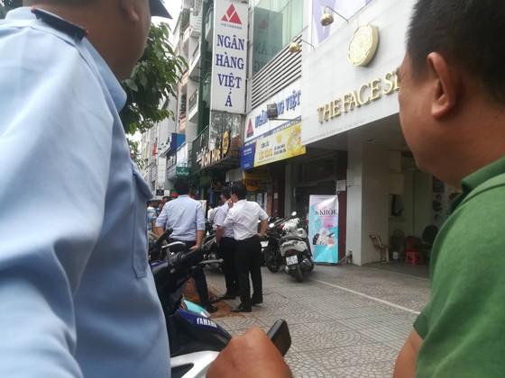 Nhận diện đối tượng nghi dùng súng cướp ngân hàng Việt Á ảnh 1