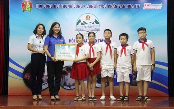 Phát động chương trình tặng 1 triệu vở viết cho học sinh vùng lũ ảnh 1