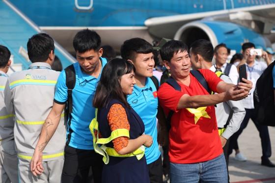 Đông đảo người hâm mộ chào đón đội tuyển bóng đá nam về nước ảnh 3