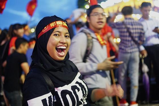 Dù thua, cổ động viên tự hào cùng Olympic Việt Nam ảnh 5