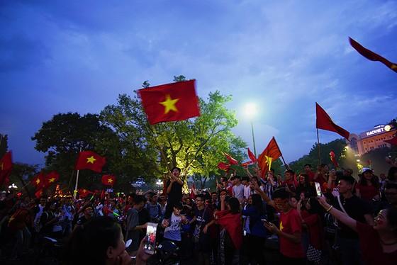 Dù thua, cổ động viên tự hào cùng Olympic Việt Nam ảnh 6